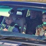 ELLE | Необычные фото: королева Великобритании подвезла Кейт Миддлтон