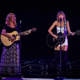 Cosmopolitan | Тейлор Свифт и Лиза Кудроу исполнили песню Фиби из «Друзей»