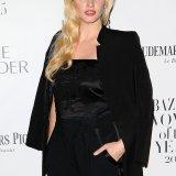 Cosmopolitan | Этот неловкий момент модель Лара Стоун «засветила» утягивающее белье и почти обнажила грудь